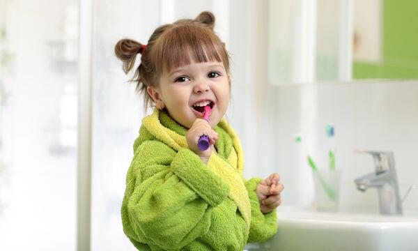 Εύκολοι τρόποι να μάθει το παιδί μας να πλένει σωστά τα δόντια του (vid)