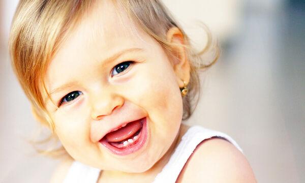 Δείτε τι κάνει ο μπαμπάς της και εκείνη δεν μπορεί να σταματήσει τα γέλια! (vid)