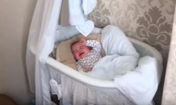 Δείτε τι λύση βρήκε για να σταματά το κλάμα του μωρού του (vid)