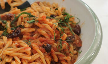 Ζυμαρικά πλεξούδες με κόκκινη σάλτσα, αντζούγιες και ελιές