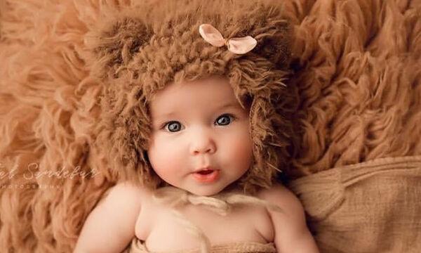 Φωτογραφίζει νεογέννητα μωράκια με τα πιο χαριτωμένα σκουφάκια που έχετε δει (pics)