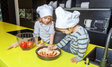 Συνταγή για εύκολη, γρήγορη και νόστιμη μηλόπιτα (vid)