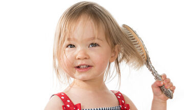 Αυτός ο μπαμπάς είχε μια έξυπνη ιδέα για να έχει πάντα η κόρη του όμορφα μαλλιά (vid)