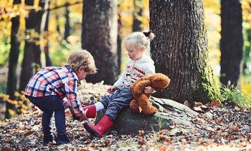 Δείτε πώς θα διδάξετε καλοσύνη στα παιδιά σας
