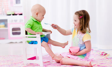 Όταν το μεγαλύτερο παιδί θέλει να φροντίσει το μωρό: Ποια καθήκοντα μπορείτε να του αναθέσετε