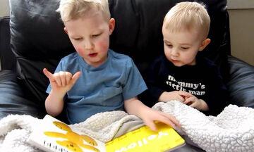 Τρίχρονος μαθαίνει τα χρώματα στον μικρότερο αδελφό του - Δείτε με ποιο τρόπο (vid)