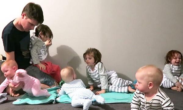 Σούπερ μπαμπάς! Ντύνει ταυτόχρονα τα έξι του παιδιά για ύπνο (vid)