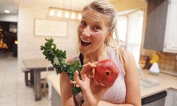 Μαμά μας δίνει συμβουλές υγιεινής διατροφής και μια συνταγή για νόστιμη τούρτα με φράουλες (pics)