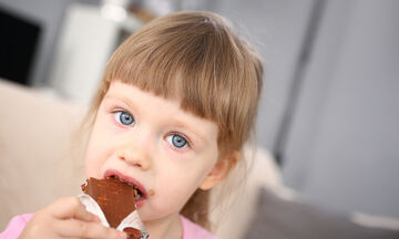 Δείτε τι ψέματα είπε αυτή η μικρή στη μαμά της για να φάει σοκολάτα (vid)