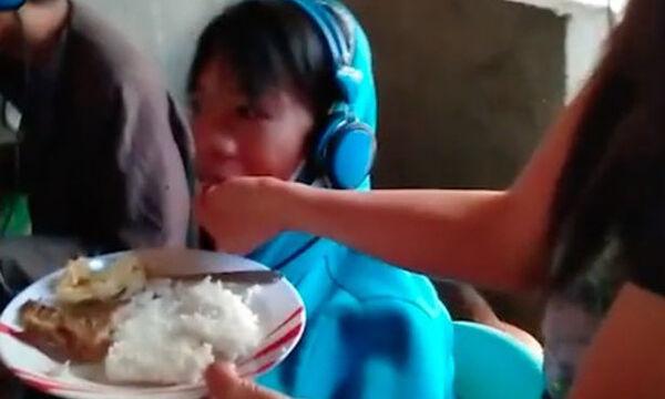 Δείτε τον απίστευτο λόγο που αυτή η μαμά ταΐζει στο στόμα τον έφηβο γιο της (vid)
