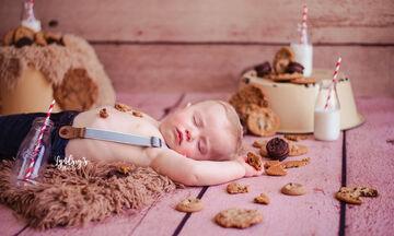 Ήπιε γάλα, έφαγε μπισκότα, αποκοιμήθηκε & έκανε την πιο ωραία φωτογράφηση που έχετε δει (pics)