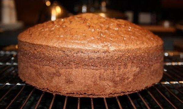 Σοκολατένιο κέικ χωρίς βούτυρο, λάδι και γάλα (vid)