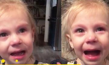 Απολαυστική η μικρή! Κλαίει αλλά προσποιείται το αντίθετο (vid)