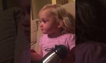 Δεν μπορεί να συγκρατήσει τα δάκρυά της βλέποντας μια παιδική ταινία (vid)