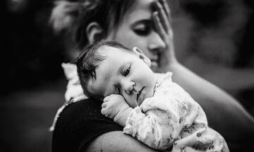 Μπαμπάς αποτύπωσε το μοναδικό δέσιμο της γυναίκας του με τη νεογέννητη κόρη του σε φωτογραφίες