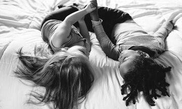 Το μοναδικό δέσιμο ανάμεσα σε μια βιολογική κόρη και την υιοθετημένη αδελφή της μέσα από φωτογραφίες