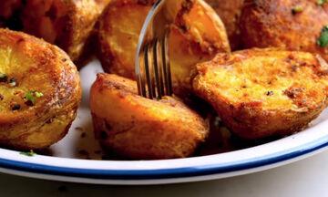 Νηστίσιμη συνταγή: Τραγανές baby πατάτες φούρνου με δεντρολίβανο (vid)