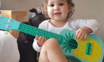 Δείτε με τι νάζι αυτή η μικρούλα παίζει κιθάρα και τραγουδάει (vid)