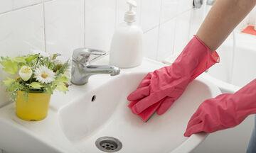 Με αυτά τα έξυπνα κόλπα καθαριότητας το μπάνιο σας θα λάμψει! (vid)
