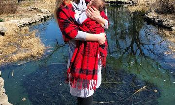 Η τρυφερή φωτογραφία της Ελληνίδας παρουσιάστριας με τον νεογέννητο γιο της (pics)
