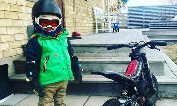 Μικροί ποδηλάτες εν δράσει - Δείτε τα πιτσιρίκια σε απίστευτες πόζες δίπλα στο ποδήλατό τους (pics)