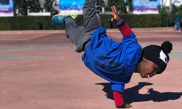 7χρονος ξεσηκώνει το κοινό με τις ικανότητές του στο break dance (vid & pics)