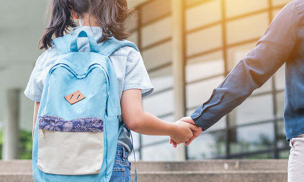 Πώς να καθαρίσετε τη σχολική τσάντα του παιδιού σας