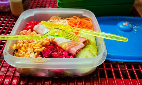 Πώς να καθαρίσετε τα πλαστικά δοχεία αποθήκευσης τροφίμων με σόδα και λεμόνι