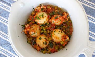 Νηστίσιμη συνταγή: Σουπιές με ντομάτα και αρακά (vid)
