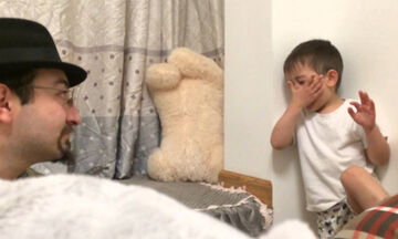Αυτό που κρατά ο μπαμπάς του κάνει τον πιτσιρικά να κλαίει ασταμάτητα (vid)