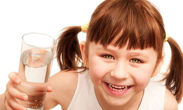 Πόσο νερό πρέπει να πίνουν καθημερινά τα παιδιά; (vid)