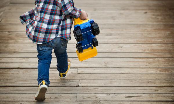 Μικρό αγόρι τρέχει ουρλιάζοντας. Δεν θα πιστέψετε τι τον κυνηγάει! (vid)