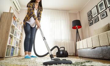 4 πράγματα που δεν πρέπει ποτέ να τα καθαρίσετε με την ηλεκτρική σκούπα