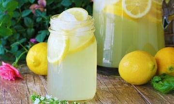 Συνταγή για εύκολη σπιτική λεμονάδα: Ό,τι πρέπει για τη χώνεψη! (vid)