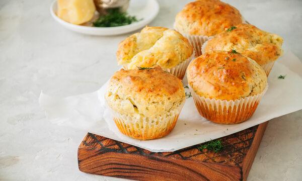 Συνταγή για αλμυρά muffins με τυρί (vid)