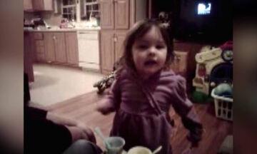 Φοβερή η μικρούλα! Δείτε πώς ζητάει από το μπαμπά της να της αλλάξει πάνα (vid)