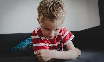 Πώς μπορείτε να σταματήσετε ένα παιδί να χτυπάει ή να κλοτσάει;
