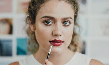 Lipstick Hack: Το «κόλπο» για να κάνεις το κραγιόν να μη φεύγει από τα χείλη σου