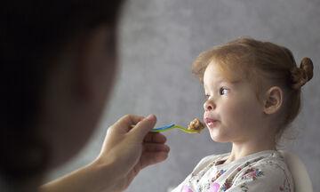 Πρέπει να πιέζουμε τα παιδιά μας να φάνε ή όχι; (vid)