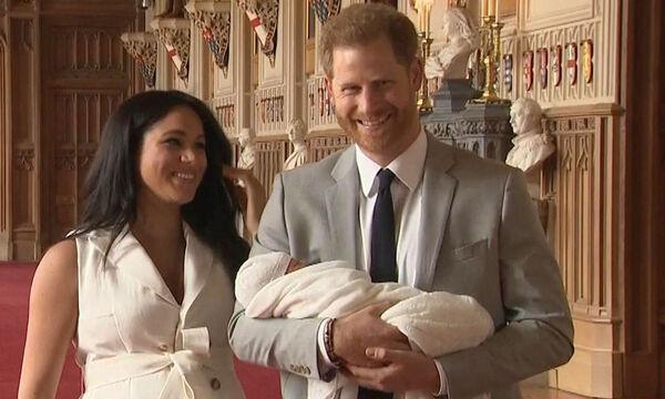 Ιδού ο διάδοχος! Η Meghan Markle και ο πρίγκιπας Harry μας συστήνουν τον γιο τους (pics)