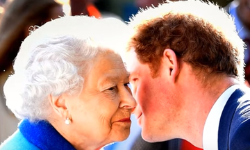 Βασίλισσα Ελισάβετ - Πρίγκιπας Harry: Γιαγιά και εγγονός  σε χαλαρές στιγμές (video)