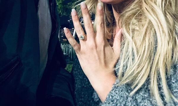 Πασίγνωστη τραγουδίστρια είπε το «Ναι!» (pics)