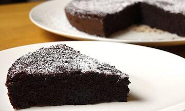 Απολαυστικό κέικ σοκολάτας με δύο μόνο υλικά! (vid)