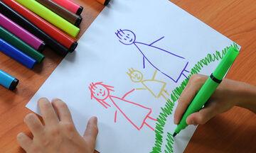 Τα παιδιά μαθαίνουν να ζωγραφίζουν την οικογένειά τους με αυτό τον εύκολο τρόπο (vid)