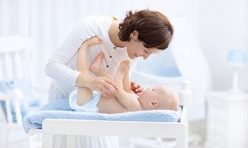 Πώς θα αλλάξετε πάνα στο μωρό (εικόνες βήμα-βήμα)
