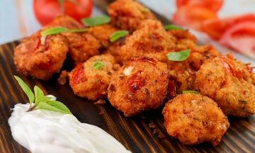 Συνταγή για να φτιάξετε νόστιμους και καλοκαιρινούς ντοματοκεφτέδες