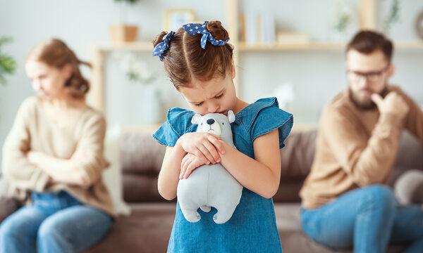 Να χωρίσουμε ή να μείνουμε μαζί για τα παιδιά; Ποιες είναι οι επιπτώσεις;
