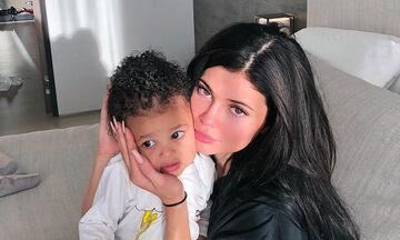 Η Kylie Jenner αποκάλυψε τι επιτρέπει στην κόρη της Stormi να τρώει και μείναμε άφωνες