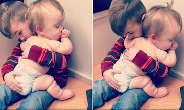 Δείτε πόσο τρυφερά νανουρίζει το αγοράκι στην αγκαλιά του την αδελφούλα του (vid)
