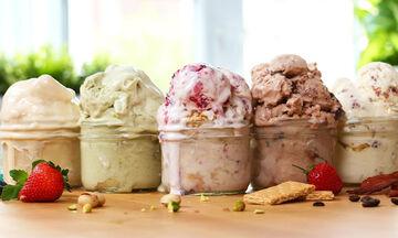 Πέντε εύκολες συνταγές για σπιτικό παγωτό (vid)
